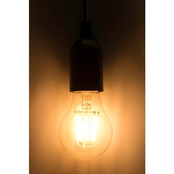 8W LED Filament Lampe E27 A60 mit Fassung an