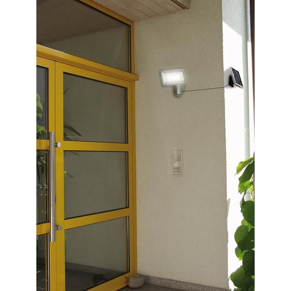 Brennenstuhl Solar LED Strahler - Anwendungsbeispiel für Montage bei überschattetem Eingangsbereich
