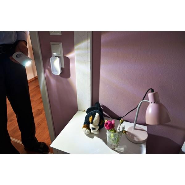 Entnahme aus der Ladestation und Nutzung als Taschenlampe