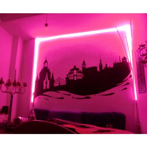 Beleuchtung einer Wand in rosa